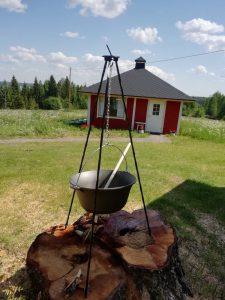 Kolmijalkapadan ääressä on mukava kokkailla isommallakin porukalla
